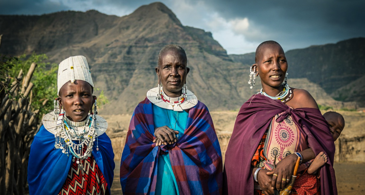 0_cultural wealth of a bush tribe in the vast savannah