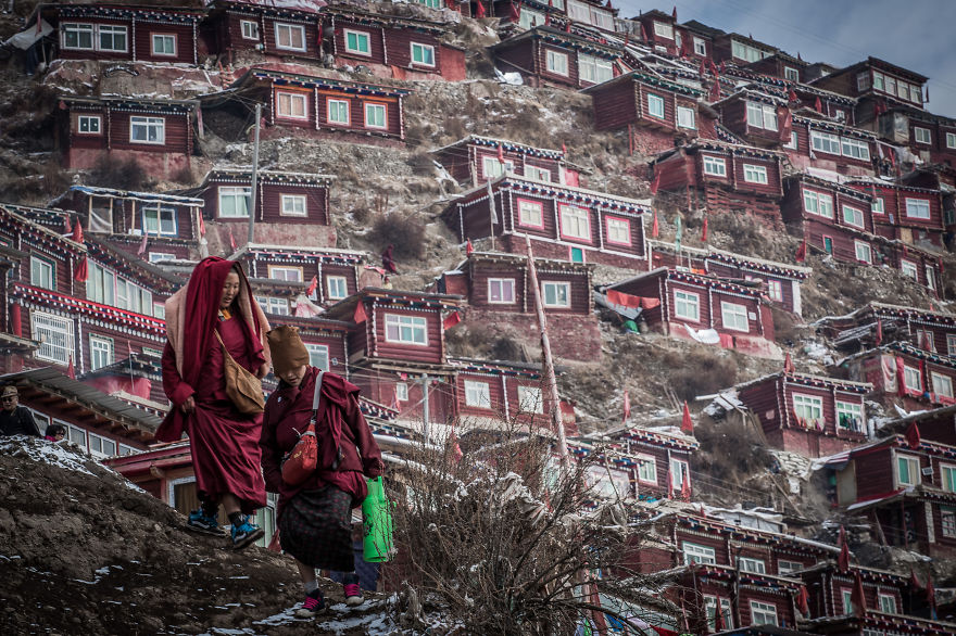 40 000 Tibetan Monks Populate The Most Tranquil Village On