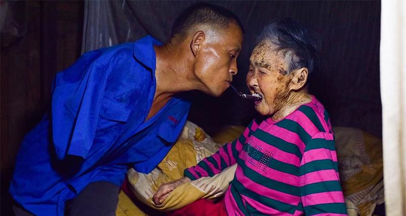 1_Armless Man Takes Care of Mom
